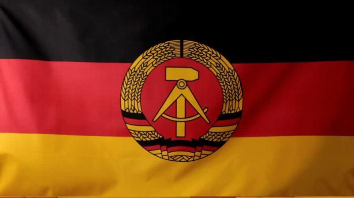 689802086-bandiera-della-rdt-nationale-volksarmee-comunismo-sbattere-le-ali